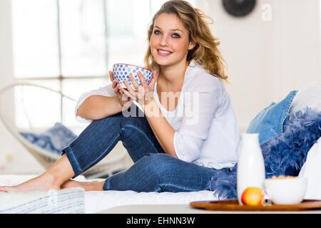 Donna con prima colazione. Foto Stock