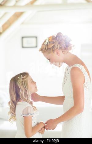 Sposa parlando di damigella in ambiente domestico Foto Stock