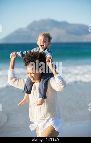 Madre e figlia giocando sulla spiaggia Foto Stock
