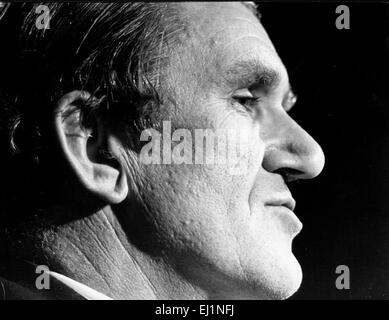 File. 20 Mar, 2015. A Canberra, Australia - Malcolm Fraser, ex primo ministro australiano che era notoriamente catapultato al potere da una crisi costituzionale che ha lasciato la nazione amaramente diviso, morì nel venerdì di Canberra, Australia. Egli è stato 84. Fraser è stato attivo nella vita pubblica fino alla fine e la sua morte sconvolto la nazione. La sua vita dopo la politica è stata dominata da questioni relative ai diritti umani. Nella foto - Luglio 10, 1975 - Sydney Australia - Malcolm Fraser, nato il 21 maggio 1930, è stato il ventiduesimo Primo Ministro dell'Australia ha servito da 1975 fino al 1983. Nella foto: Fraser in una campagna elettorale premere c