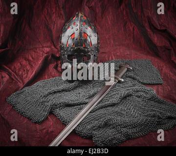 Armatura medievale, casco e la spada, rosso sfondo canvas
