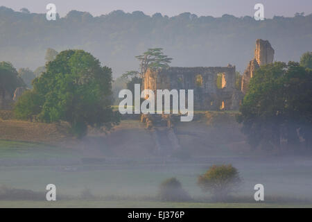 Misty dawn over Sherborne Castle - Sir Walter raleigh's home, Sherborne, Dorset, Inghilterra Foto Stock