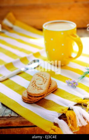 Lo zenzero e cannella caffè latte con la lavanda in fiore e sandwich cookies, stile ucraino Foto Stock