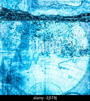 Molte bolle in acqua vicino, astratto onda di acqua con bolle. Sullo sfondo di una antica mappa del mondo