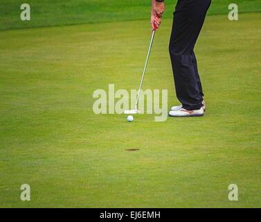 Giocatore di Golf gambe mettendo sul verde