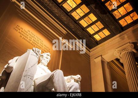 Il potente Lincoln Memorial nel National Mall di Washington, come visto durante la notte con la parete di incisione Foto Stock