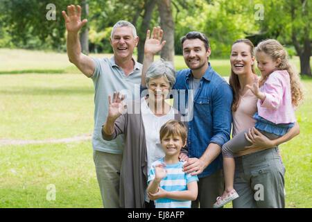 Felice famiglia estesa sventolare le mani in posizione di parcheggio Foto Stock