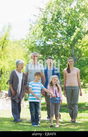 Felice famiglia estesa passeggiate nel parco Foto Stock