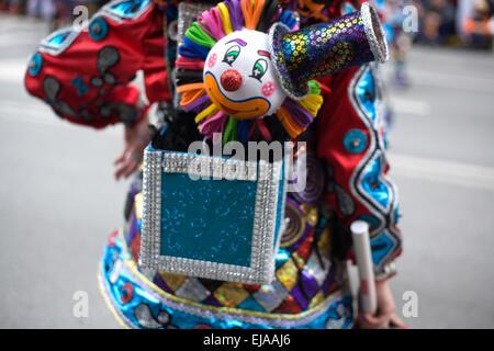 ... Attori vestiti come pagliacci prendere parte alla sfilata di carnevale  di comparsas presso la città di f783be642e5