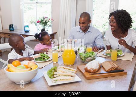 La famiglia felice a pranzo insieme Foto Stock