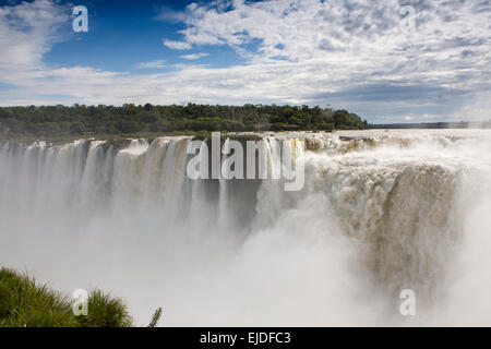 Argentina, Iguazu Falls National Park, La Garganta el Diablo cascata, vista sul Brasile Foto Stock