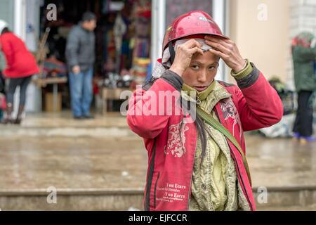 Red Dao donna al mercato di Sapa in Vietnam del nord Foto Stock