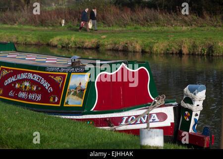 A cavallo il canal barche sul fiume Wey in Godalming Surrey, Inghilterra Foto Stock