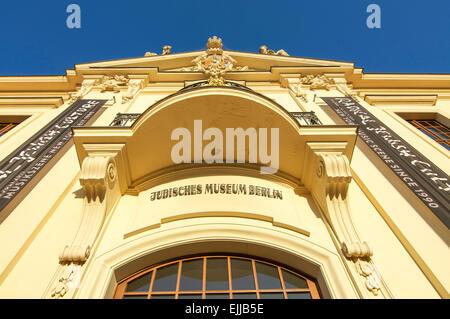 Il golden colorato in giallo entrata al Museo Ebraico di Berlino, Germania. Foto Stock