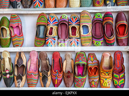Colorate scarpe etniche ad Anjuna mercato delle pulci a Goa, India Foto Stock
