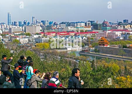 Cina, Pechino, vista in elevazione al di sopra dello skyline della città dal Parco Jingshan Foto Stock