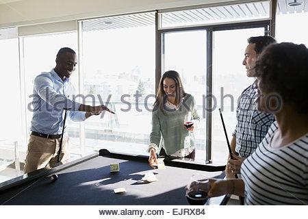 Le coppie giocando a biliardo e puntate in denaro Foto Stock