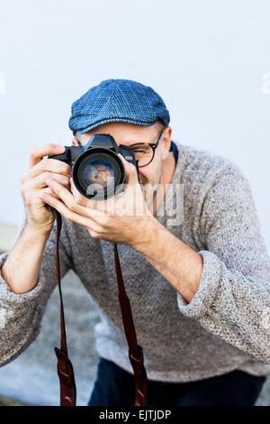 Metà uomo adulto fotografare all'aperto Foto Stock