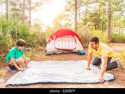 Stati Uniti d'America, Florida, Giove padre e figlio (12-13) preparare il sacco a pelo per camping Foto Stock