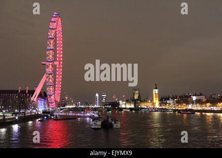 Londra England Regno Unito. Il 2 aprile 2015. Dopo il tramonto sulla Southbank London Eye è illuminato con le luci Foto Stock