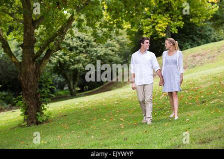 Bella coppia Giovane passeggiate al parco