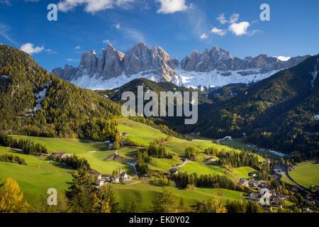 Pomeriggio autunnale sulla Val di Funes, Santa Maddalena e il Geisler-Spitzen, Dolomiti, Trentino-Alto Adige, Italia Foto Stock