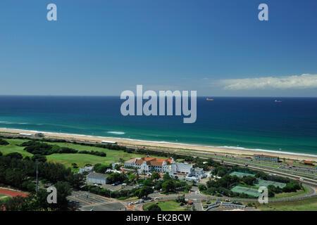 Fantastico panorama di immenso blu oceano Indiano e white clubhouse edifici del paese di Durban Golf club, KwaZulu Foto Stock