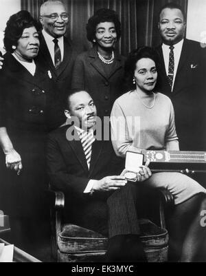 Martin Luther King Jr., con la moglie Coretta e famiglia, accogliendo Premio Nobel per la Pace, 1964