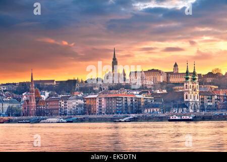 Budapest. Immagine della skyline di Budapest durante il tramonto primaverile. Foto Stock