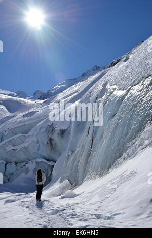 Donna di fronte del ghiacciaio di Morteratsch, alta Engadina, Kanton Grigioni, Svizzera Foto Stock