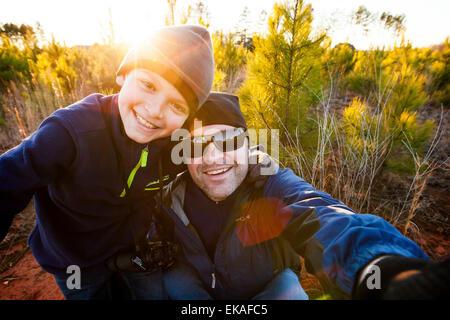 Padre e figlio prendendo un selfie Foto Stock
