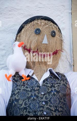 Lo Spaventapasseri a spaventapasseri festival. Sorridente spaventapasseri con anatra sulla spalla. Foto Stock