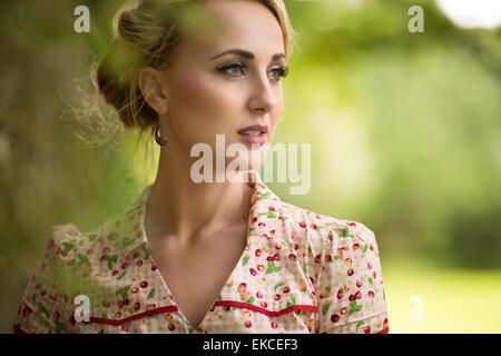 Ritratto di una giovane donna che guarda lontano