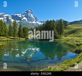 Il Cervino si riflette nelle limpide acque del lago blu, Valtournenche - Valle d'Aosta Foto Stock