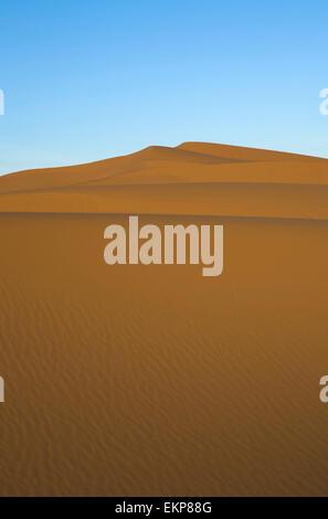Diversi sand hill a Erg Chebbi nel deserto del Sahara. ers sono grandi dune formate dal vento soffiato sabbia. Marocco Foto Stock