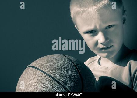 Sconvolto bambino (boy) con basket, close up ritratto orizzontale con spazio di copia Foto Stock