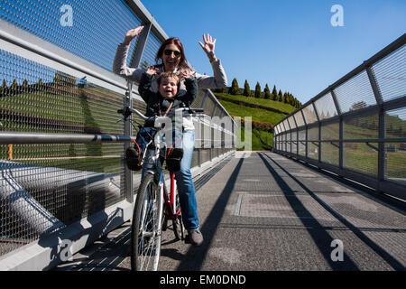Moderno ciclo di acciaio ponte che collega il parco della città Foto Stock