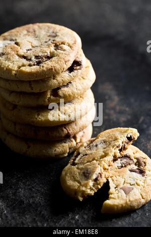 Biscotti al cioccolato sul tavolo da cucina Foto Stock
