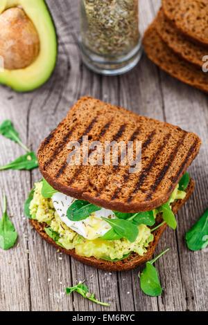 Sandwich con avocado e Uovo affogato Foto Stock