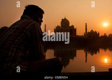 Tramonto sul Taj Mahal preso dal fiume Yamuna in Agra, India Foto Stock