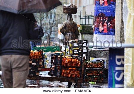 Zagabria, Croazia. 18 Aprile, 2015. Croazia Meteo: giorno di pioggia nella città. Credito: Alen Gurovic/Alamy Live Foto Stock