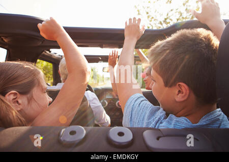 Nonni tenendo i nipoti su Trip In Open Top Car Foto Stock