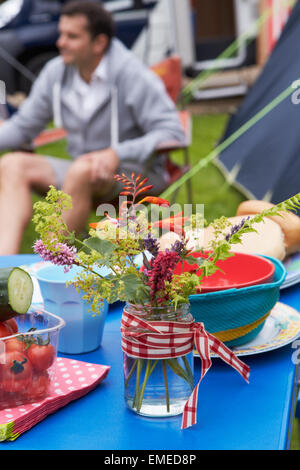 Fiori Selvatici Tavola Decorazione su Family Camping Holiday Foto Stock