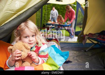 Ragazza con Teddy Bear godendo camping vacanza in campeggio Foto Stock
