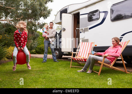 Godendo della famiglia campeggio vacanza in camper Foto Stock