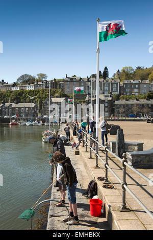 Regno Unito Galles, Gwynedd, Porthmadog, famiglie la pesca dei granchi sul vecchio porto di ardesia quay Foto Stock