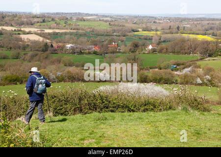 Vista su terreni agricoli e oast case, Weald del Kent, Goudhurst, Regno Unito