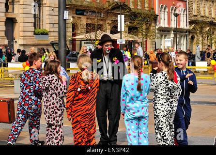 Un esecutore di strada vestiti in abiti da clown con un dipinto di ... 219eadead64