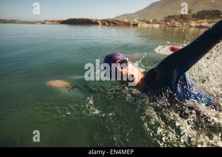 Open Water Swimming. Atleta maschio nuotare nel lago. Triathlon lunga distanza di nuoto. Foto Stock