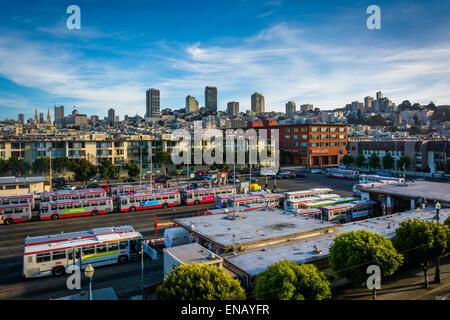 Veduta dello skyline di un garage per il parcheggio presso l'Embarcadero in San Francisco, California. Foto Stock